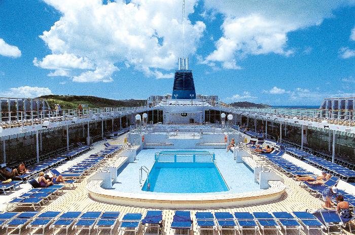 Cubierta de piscinas en el MSC Lirica
