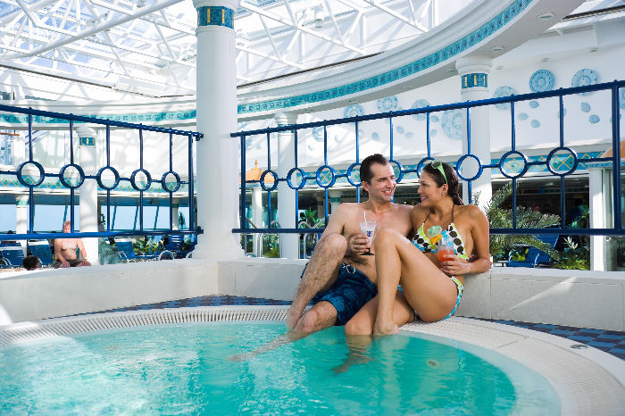 Disfruta en el jacuzzi del Rhapsody of the Seas