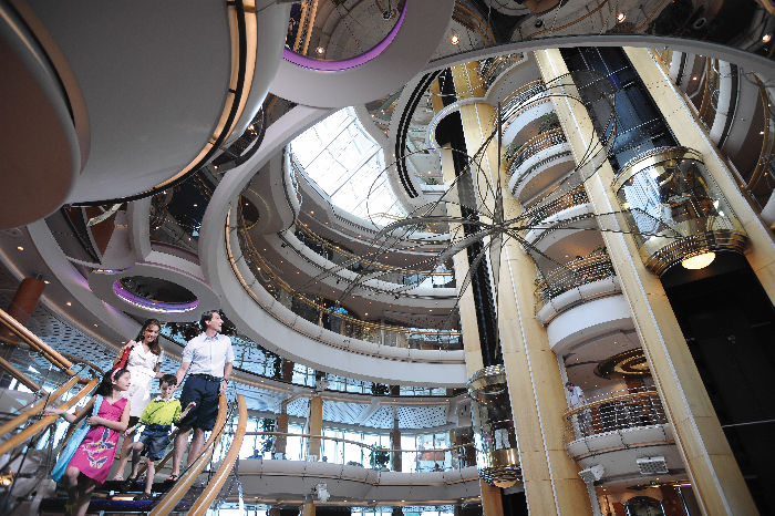 El impresionante atrio del Rhapsody of the Seas