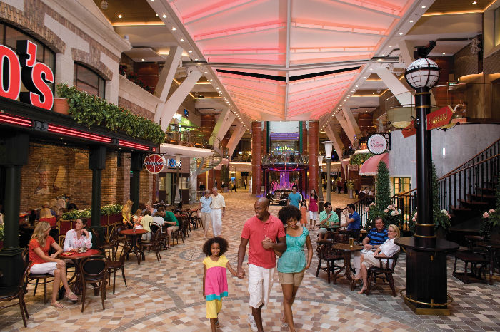 Otra vista de la Royal Promenade del Allure of the Seas