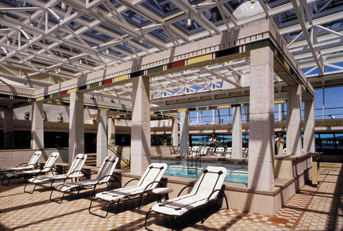 Piscina cubierta en el Rhapsody of the Seas