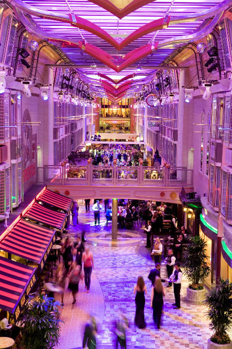 Ambiente de lujo en la Royal Promenade del Independence of the Seas