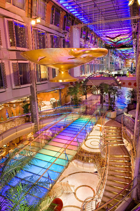 La espectacular Royal Promenade del Independence of the Seas