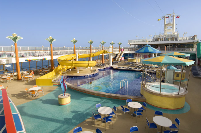 Piscina exterior en el Norwegian Jewel